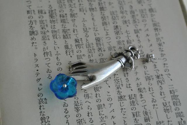 再再販 青い花を持つ婦人の片耳ピアス 昭和レトロ