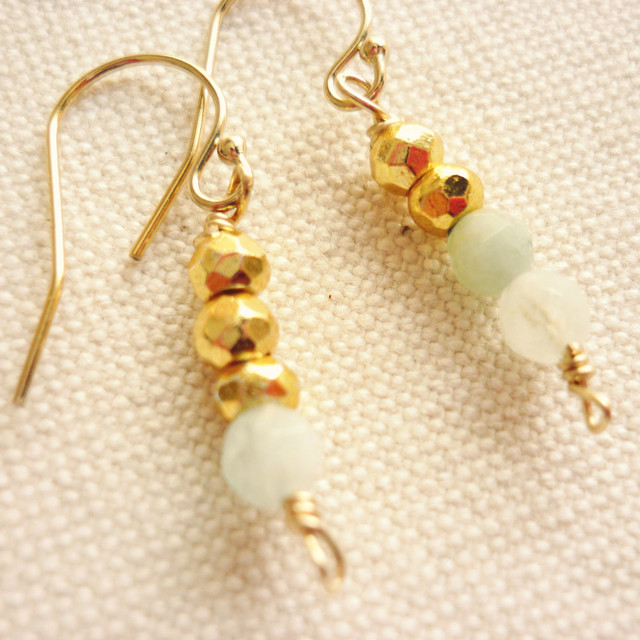 【SALE】小粒天然石の金色ピアス