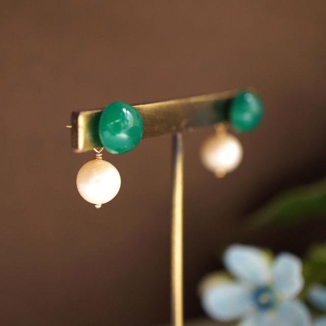 再販】グリーンアゲートと真珠キャッチのスタッドピアス 〜Milada