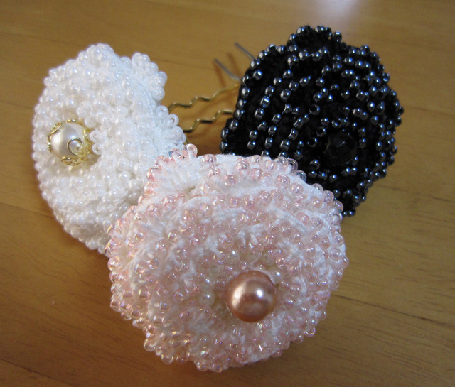 a04_ご予約品【sen1000様】レース糸にビーズを編み込んだバラのUピン 3本セット