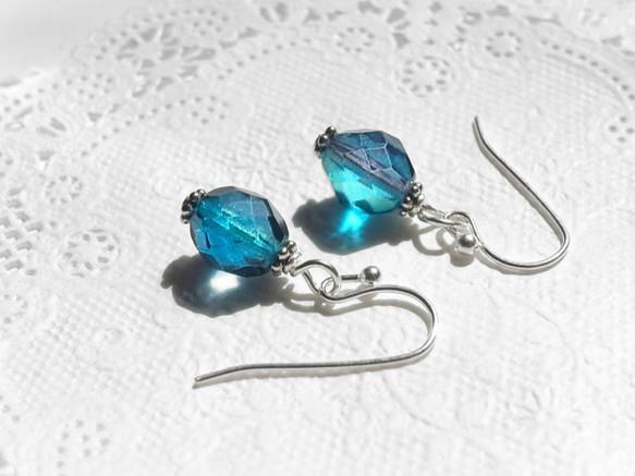 夏の一粒ピアス・深海の様な青と紺のカットガラスビーズのピアス