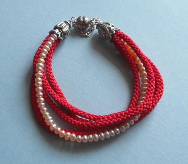 和の伝統:組紐のブレス*赤にベビーパールをからませた可愛いきれいなブレス*11-1