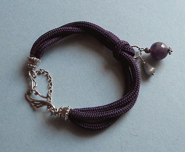 和の伝統:組紐のブレス*古代紫にアメジストとラブラドライトがチャームポイントのきれいな色のブレス*13-11