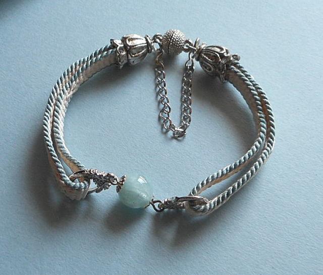 和の伝統*白にブルーの縁取りの羽織紐にアクアマリン10mm玉を組合せの清楚なブレス*14-9