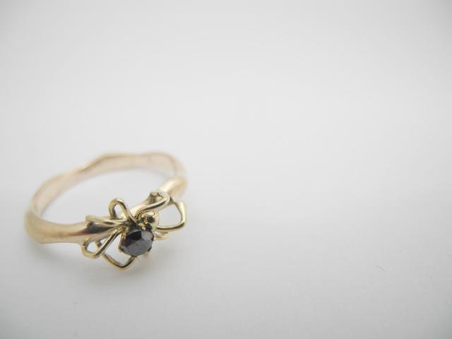 黒い宝石を持つクモ リング10Kイエローゴールド ブラックダイヤモンド