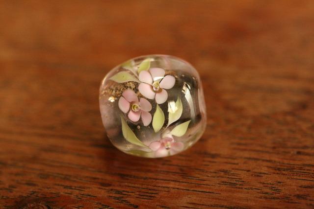 glass beads (とんぼ玉)緑/桜っぽい花