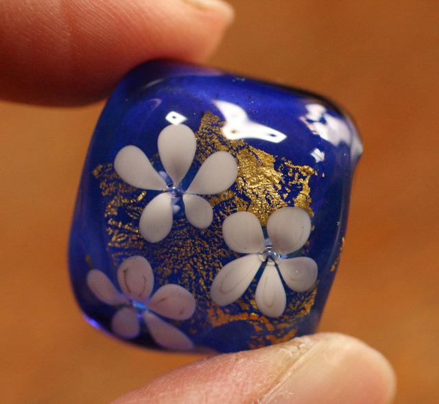 アウトレットglass beads (とんぼ玉帯留め)白い小花/青