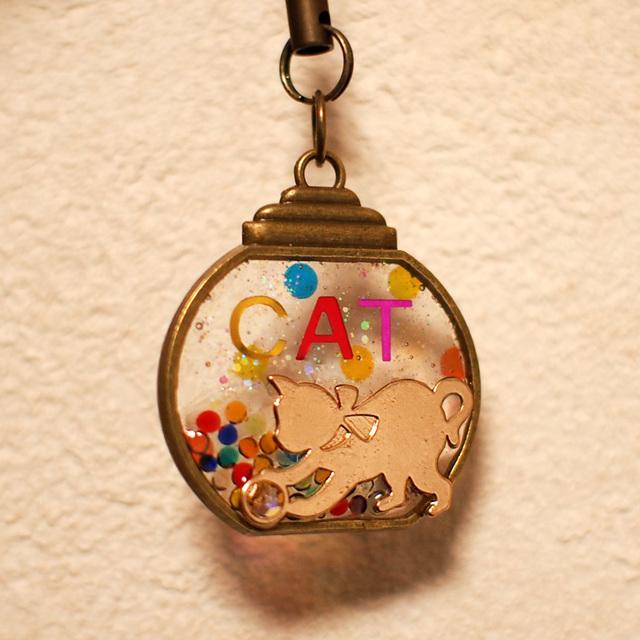 子猫とカラフルキャンディポットのストラップ