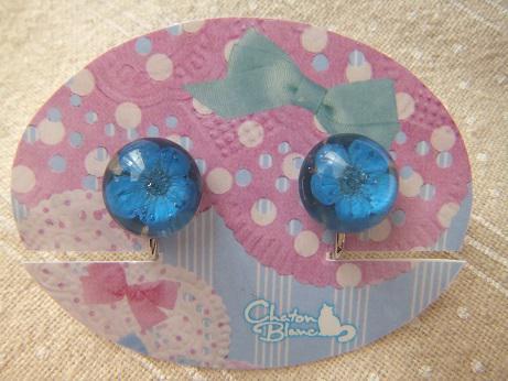 青いお花のイヤリング