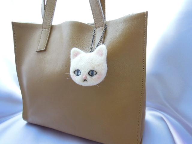 羊毛フェルト 白猫のバッグチャーム
