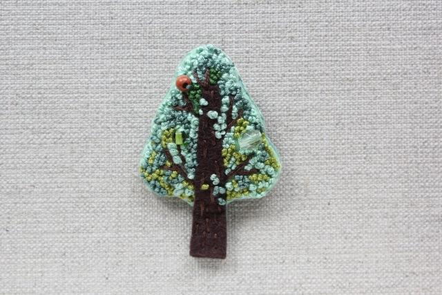 木のブローチ 春の木