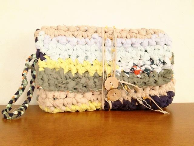 裂き編みクラッチバッグ。