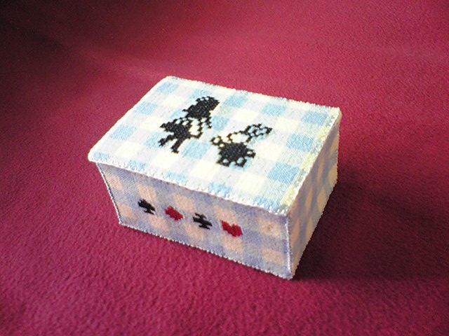 アリスのクロスステッチ布箱