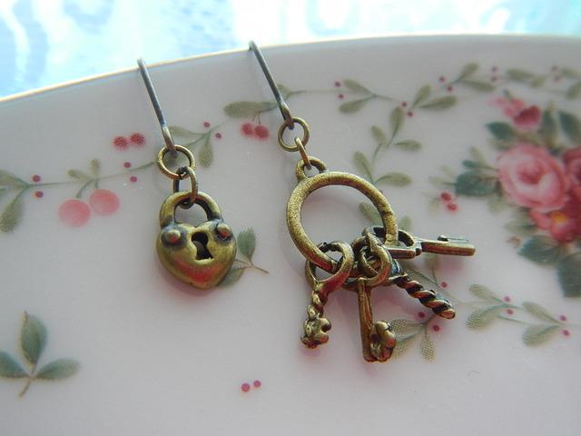小さい鍵と鍵束 のピアス