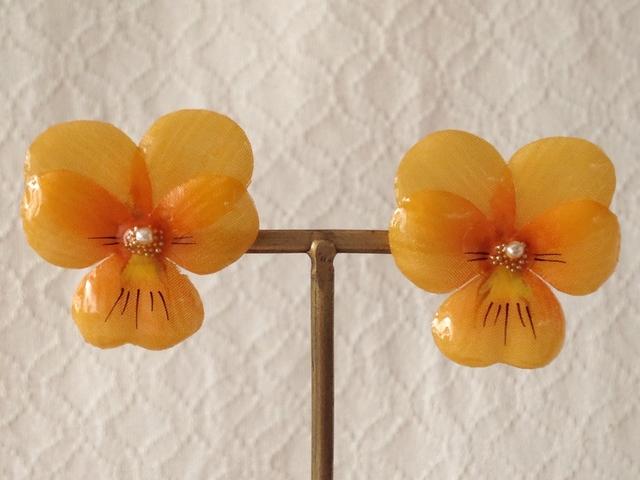 染め花を樹脂加工したビオラピアス( M・オレンジ)