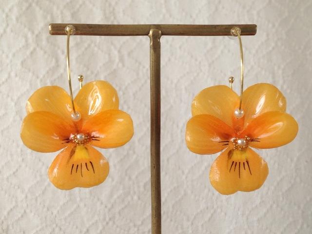 染め花を樹脂加工したビオラのフープピアス(M・オレンジ)