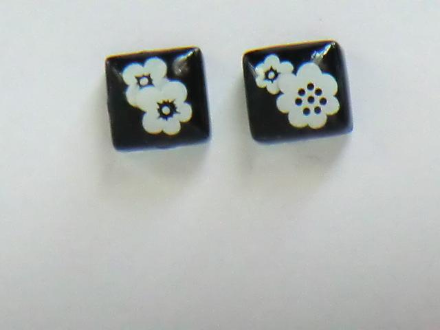 黒ガラスタイルのお花の耳飾り