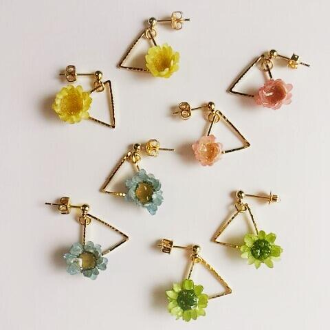 お花と三角のピアス(イヤリング)