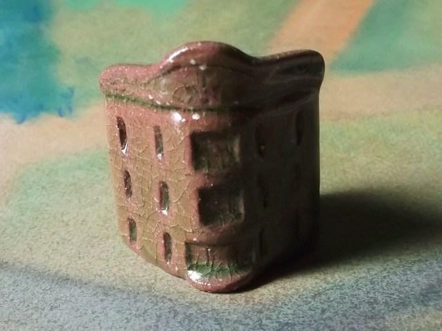 陶の家-どっしりした角のビルヂング