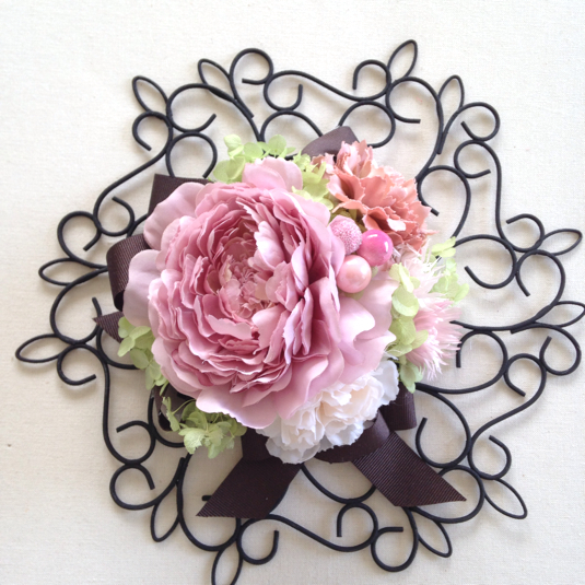 アイアンリースのピンクモーブダリアでおしゃれ飾り