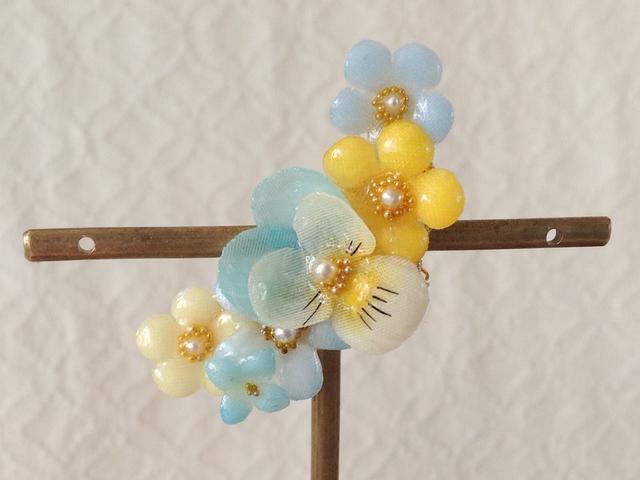 染め花を樹脂加工した小花の三日月型片耳イヤーカフ(ビオラ・水色&オフホワイト)