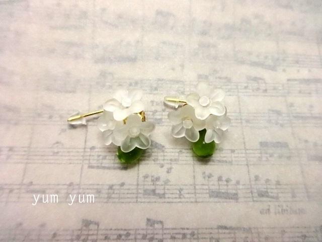 白い小花のブーケピアス