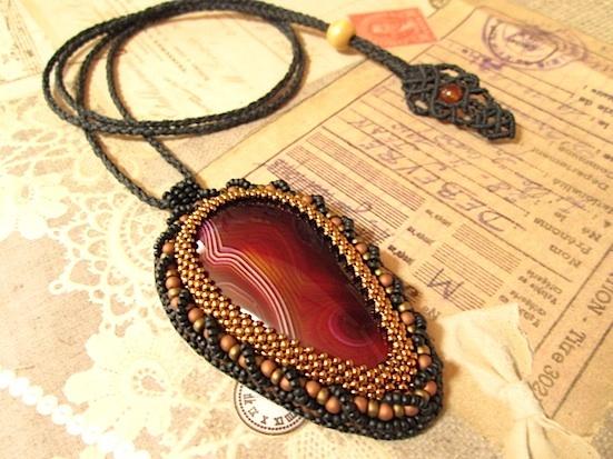 ビーズ刺繍の天然石ペンダント 086