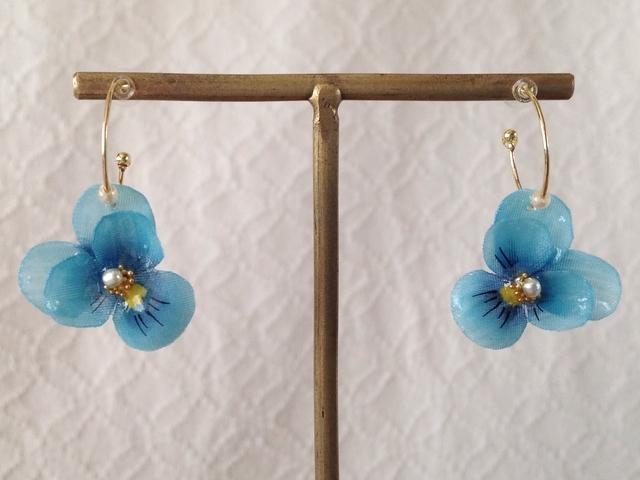 染め花を樹脂加工したビオラのフープピアス(SS・ターコイズブルー)