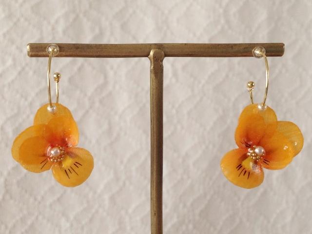 染め花を樹脂加工したビオラのフープピアス(SS・オレンジ)