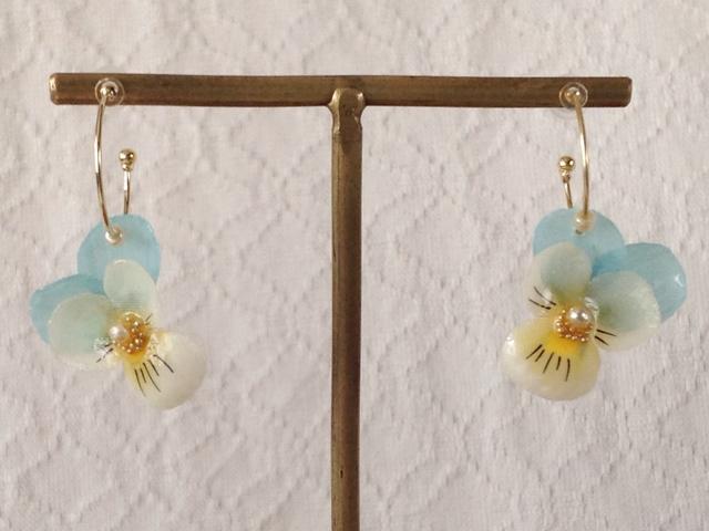 染め花を樹脂加工したビオラのフープピアス(SS・水色&オフホワイト)