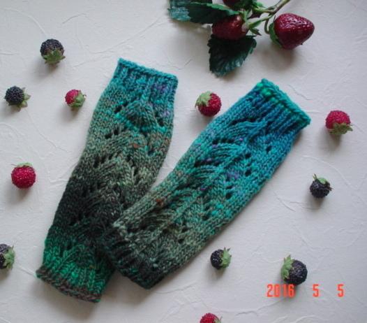 ☆彡野呂英作さんの段染め毛糸で、透かし模様Fingerless Mittens