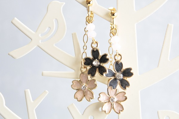 桜のイヤリングorピアス(黒×ピンク )