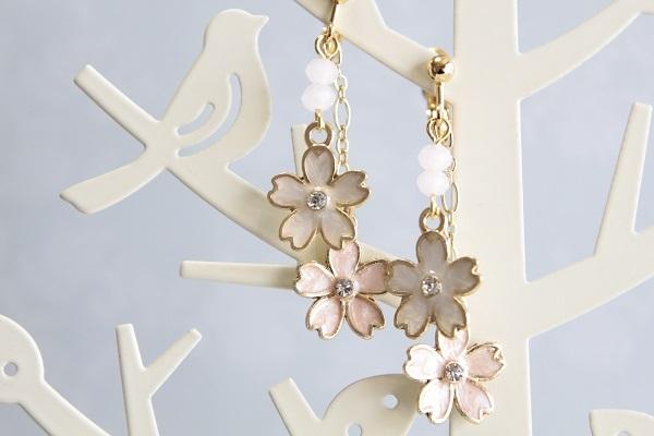 桜のイヤリングorピアス(白×ピンク )