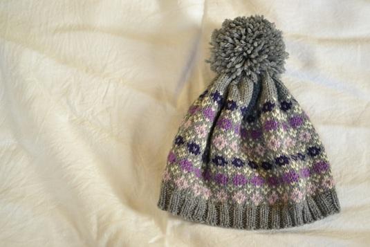 グレーの小花柄の帽子