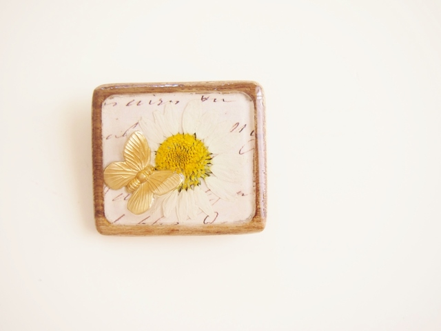 ノースポールのお花木製ブローチ