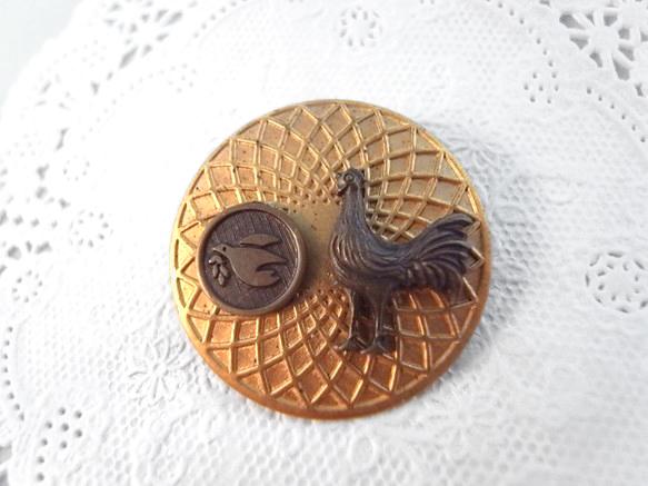 ヴィンテージメダルとニワトリと小鳥のチャームのブローチ