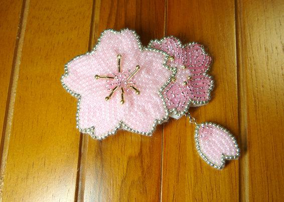 ビーズ刺繍の桜のコサージュ