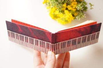 「赤の旋律」 型染め横長豆ノート