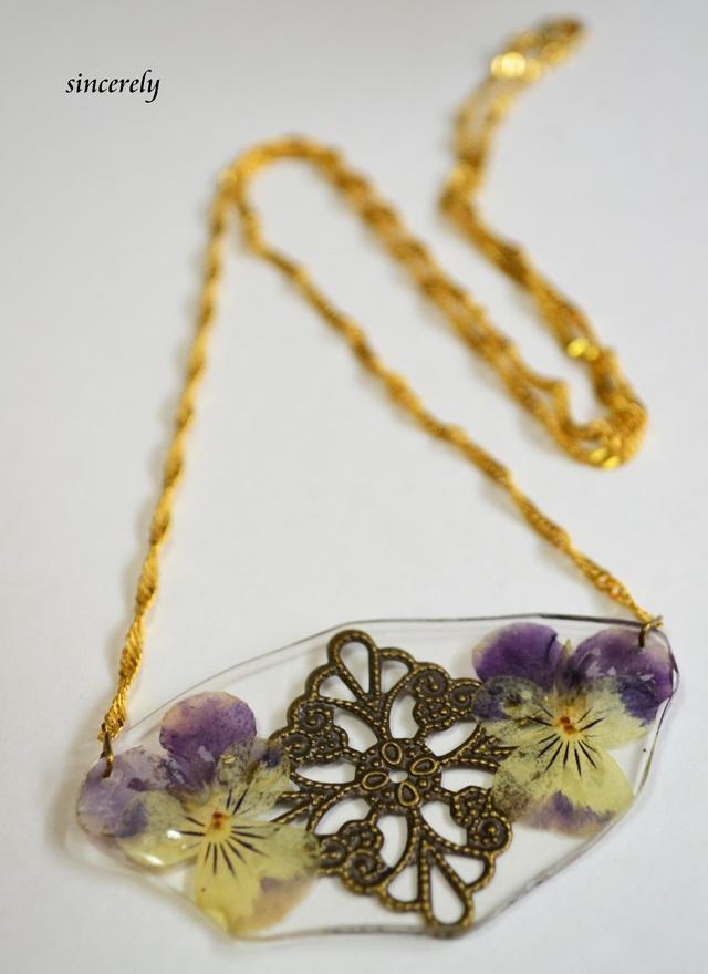 押し花ビオラと透かしのネックレス