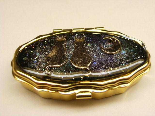 月とねこ ピルケース(ゴールドオーバル型)