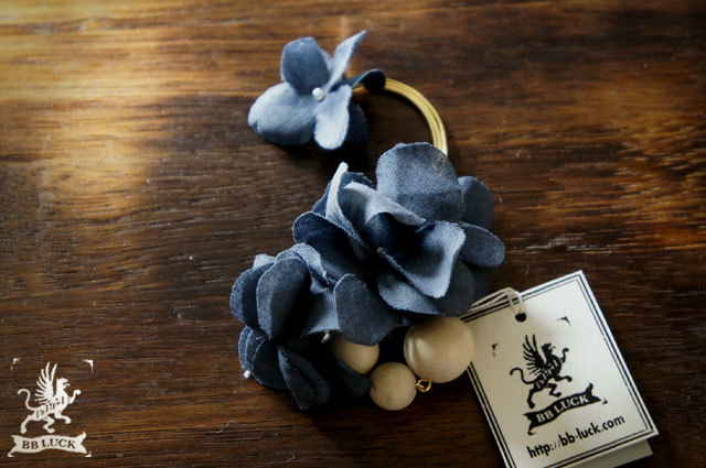 ear hook  【 紫陽花とウッドビーズのイヤーフック * indigo blue 】