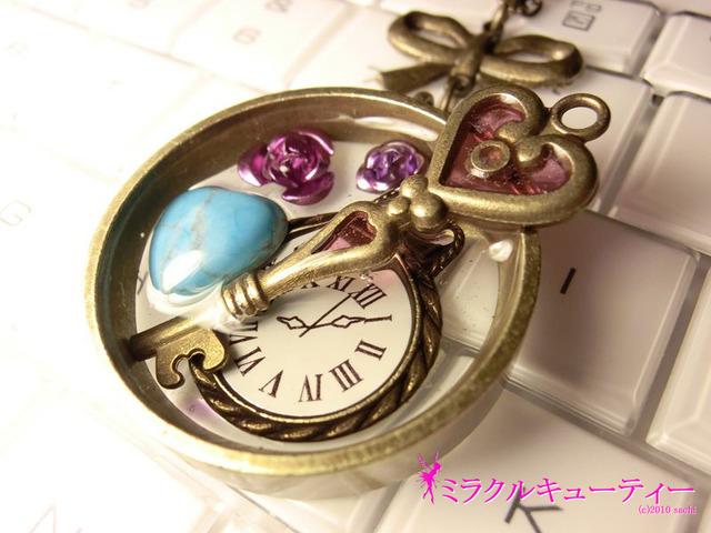 懐中時計とトルコ石のペンダント