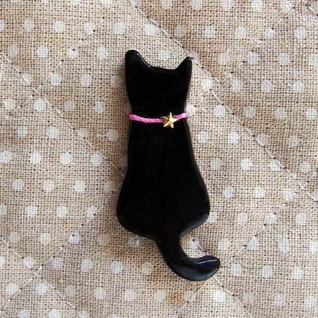 黒猫の木粉粘土ブローチ