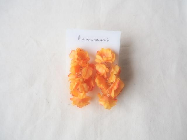 かすみ草ゆらりイヤリング オレンジ