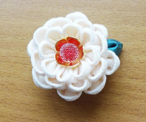 白いお花の帯留め