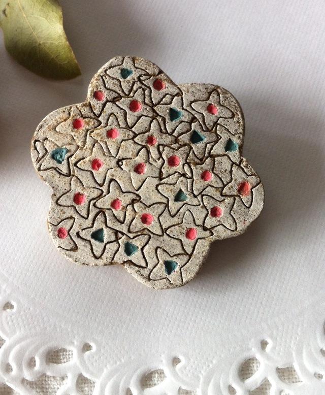 【陶器】花の風 ブローチ