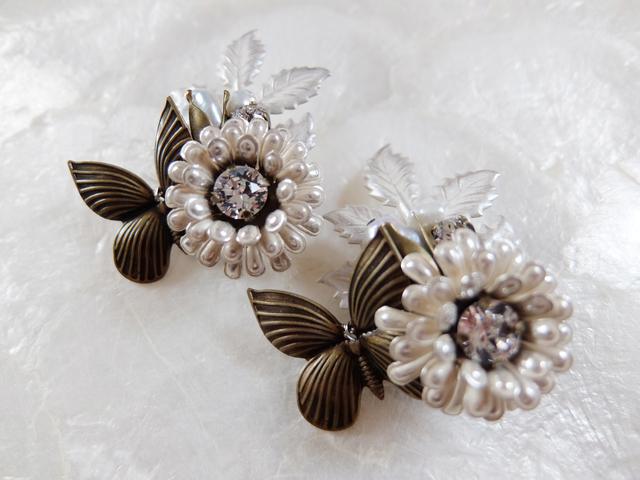 【ぶらん】ポンポン菊と蝶と淡水パールのつぼみブローチ