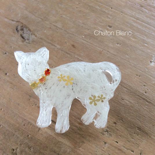 白猫のブローチ