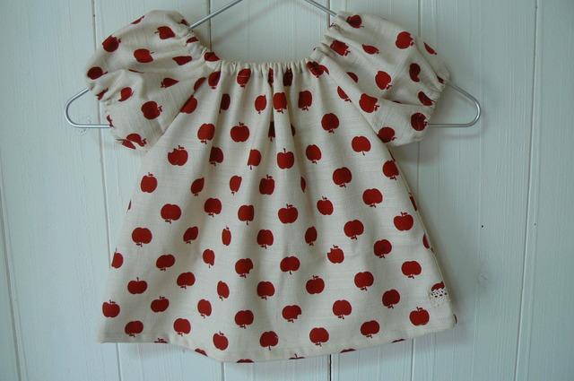 りんごちゃん柄のふんわりブラウス(85)赤いりんご  再販