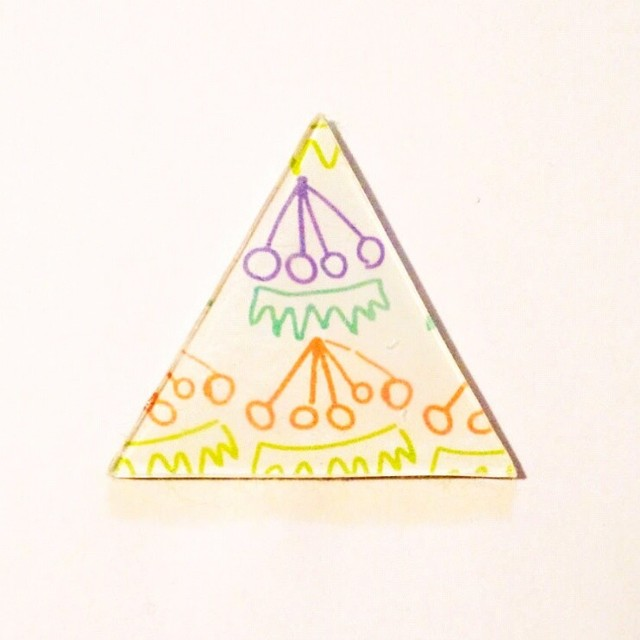さくらんぼ三角ブローチ
